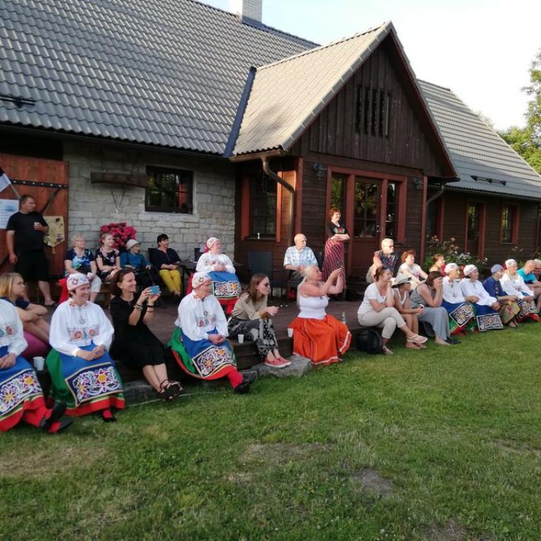2020 Muhus Igaküla simmanil ansambli Kajakas kontserti nautimas